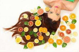 Zitrusfrüchte im Haar