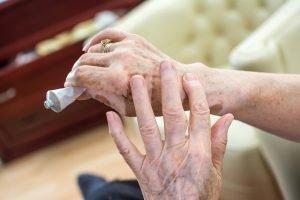 hand verteilt salbe auf gelenk