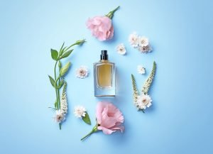 blueten und parfumflakon