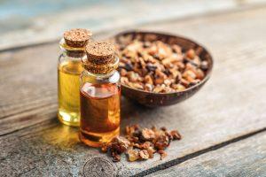 Myrrhe in einer Schale auf dem Tisch in gemahlener Form und als Öl