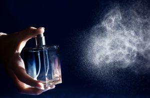 frau versrpueht parfum