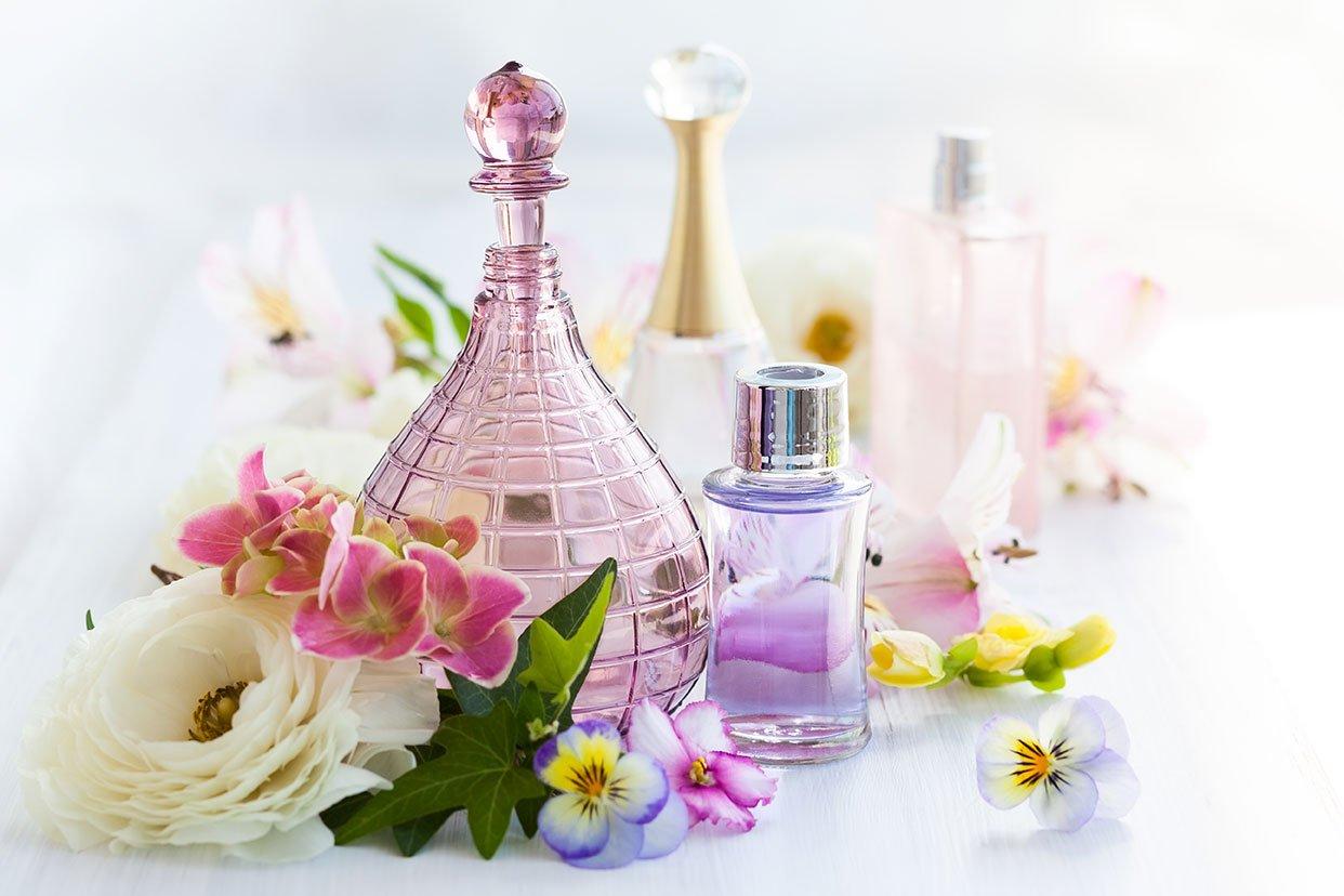 Parfum auf dem Tisch