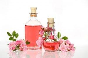 Rose und Rosenwasser auf dem Tisch