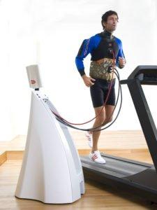 Ein Mann trainiert mit einem Hypoxi Vacunaut auf einem Laufband