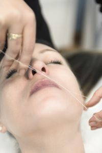 Feine Haare im Gesicht entfernen Faden Flaum Damenbart