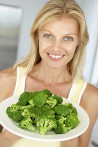 frau mit teller brokkoli