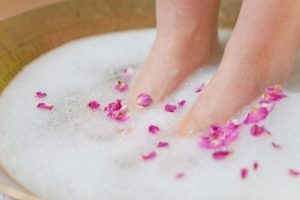 Rissige Fersen raue Haut Hausmittel Behandlung Fußbad
