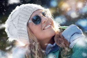 Frau mit Sonnenbrille im Winter
