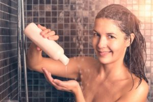 Fettige Haare waschen