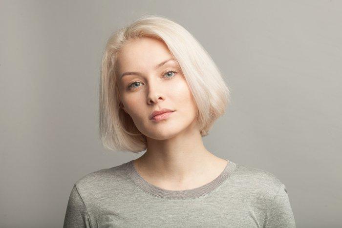 Frau mit weißblonden Haaren und heller Haut