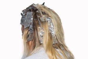 Alufolie in den Haaren beim Färben