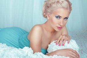blonde geschminkte Frau in blauem Kleid