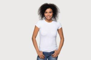 junge Frau in Jeans und Shirt