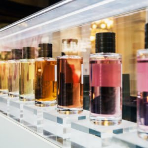 Parfumflakons im Geschäft