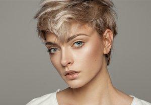 Junge Frau mit kurzen Haaren