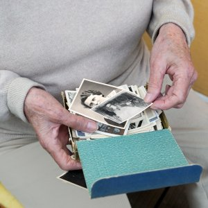 Gute Idee: alte Fotos sammeln und in einer selbstgebastelten Box schenken.