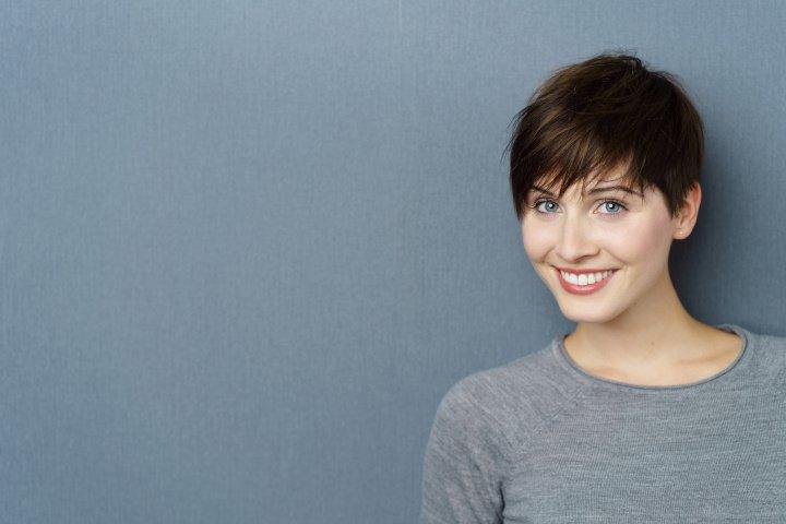 Ein Pixie Cut führt zu einer gravierenden Typveränderung und passt zu jeder Haarfarbe bei jungen wie auch älteren Frauen.