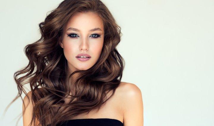Welche Frisur passt zu welcher Haarfarbe? Tipps zum Haarschnitt und Farbe.