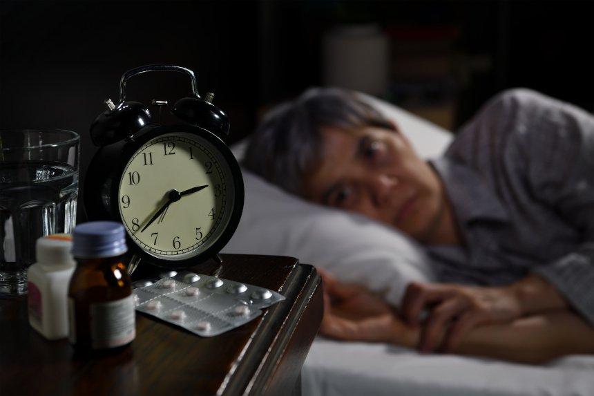 Wer unter Schlafstörung leidet, könnte CBD Öl als Alternative zu konventionellen Medikamenten probieren.